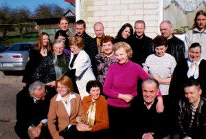 Giminės susibūrimas (2001 m.). Svečiuojasi tėvelių draugai. Mama Danutė stovi centre