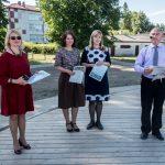 Direktorius E. Vedeckas ir pavaduotoja A. Kasputienė padėkos raštais apdovanojo kiekvieną kolektyvą