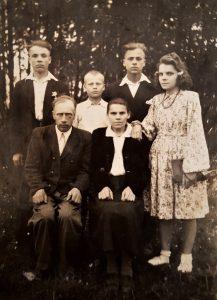 Pranciškus Markevičius (antroje eilėje pirmas iš kairės) su savo šeima: sėdi tėvelis Bronius ir mama Leokadija, tėvelio broliai Valentinas ir Jonas (antroje eilėje antras ir trečias iš kairės) ir šalia – vyriausia sesuo Marytė