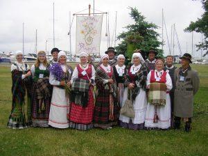 """Su Elektrėnų KC centro folkloro ansambliu """"Runga"""" XIV tarptautiniame folkloro festivalyje """"Tek saulužė ant maračių"""" 2012 m. birželio mėn. Nidoje. Roma ketvirta iš kairės"""