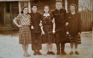 Prie namų, kuriuose gyveno Roma (1963–1969m.). Teta, tėvelio sesuo, Marytė (pirma iš kairės), tėvelis Pranas (antras iš dešinės)