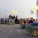 Prieš atidarymą jaunimas papuošė Kultūros centro kiemelį, sukalė krėslus ir stalus