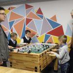Mažieji suskubo pažaisti stalo futbolą. Kairėje J. Laniauskas, dešinėje savivaldybės tarybos narys Arūnas Kulboka