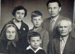 Pirmoje eilėje: Mykolo Valiušio mama Elžbieta, Viktoras Valiušis, mamos tėvelis Nikodemas Kurmis. Antroje eilėje Viktoro mama Irena, brolis Rimvydas ir tėvelis Mykolas