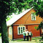 Prie gimtojo namelio Igliaukoje, sugrįžus po 60 metų