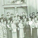 Justinas ir Aldona Vievyje su kolegomis bei Darbininkų ir jaunimo mokyklos mokiniais apie 1955 metus