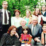 Rinkevičių šeima 1999 metais: sėdi Aldona ir Justinas Rinkevičiai. Stovi iš kairės: sūnus Gintaras, jo žmona Tatjana, anūkė Rūta, dukra Eglė su vyru Gyčiu, sėdi dukra Meilė su Justino proanūke Auguste ir anūkė Emilija Žukauskaitė