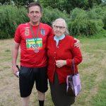 Bėgiką P. Tadijošaitį palaikyti atėjo mama Janina