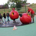 Sporto aikštėje vyko įvairiausios netikėtos sporto varžybos mažiems ir dideliems