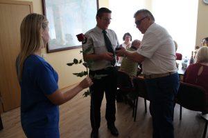 Seniūnas Antanas Šalkauskas sveikina naujai išrinktą Abromiškių seniūnaitį Stanislovą Janušauską