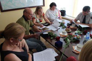 Seniūnaičiai atidžiai studijuoja naują tvarkos aprašą, kaip paskirstyti lėšas, skirtas bendruomeninės veiklos stiprinimui