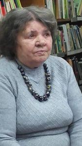L.Tidikienė, pasipuošusi kursų metu pasigamintais keramikos karoliais