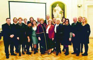 Silvai Lengvinienei (centre), kaip ir jos vaikų seneliui Romualdui Lengvinui, suteiktas socialinių mokslų daktaro vardas. Ta proga ją sveikina artimieji ir giminės