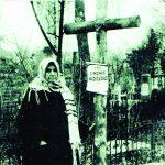 Romo senelė iš mamos pusės Elena Malinauskaitė Mackevičienė prie vyro Simono kapo 1936 metais