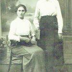 Romualdo mama stovi, teta Ona, pas kurią Romutis augo, sėdi