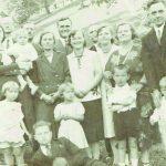 Lengvinų šeima Nepriklausomoje Lietuvoje: senelis Pranas stovi centro gale, iš kairės stovi Romualdo tėvas Pranas, rankas padėjęs ant Romučio peties, šalia jo – Viktorija, toliau Genė Lengvinaitė-Kalinauskienė su vyru, Marytė Lengvinaitė - Želnienė - Gražiūnienė, Onutės vyras Jonušas, Onutė Lengvinaitė-Jonušienė, Zofija Lengvinaitė ir jos vyras iš Olandijos. Guli Balys Lengvinas, Romualdo dėdė