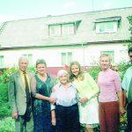 Iš dešinės: Vilmandas su žmona Daiva, dukra Eglė, mama Antanina, sesuo Rita su vyru Algiu