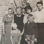 Svečiuose pas Galinius, Liucija Kalendrienė (pirma iš kairės)
