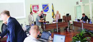 Posėdyje buvo pasveikintas jubiliejinį gimtadienį atšventęs opozicijos atstovas Algimantas Adomaitis