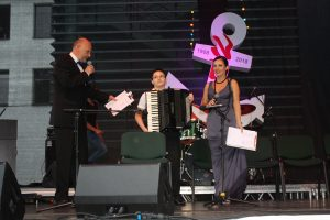 Renginio vedėjai Jonas Čėpla ir Laura Buividavičienė kalbina jaunąjį atlikėją Marių Baurą, kuris paatviravo, kad jo muzikinis autoritetas yra Martynas Levickis