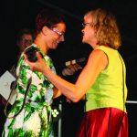 Seimo nario Jono Liesio padėjėja Vilma Puišienė Semeliškių renginių organizatorei Silvijai Bielskienei už festivalio organizavimą įteikė prisiminimo dovaną
