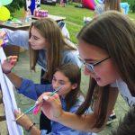 Karina, Patricija ir Deimantė spalvina savo mandalas