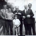 Šeši Žeimantai. Antras iš kairės Mečislovas Žeimantas, už jo trys sūnūs: Zbignevas, Viktoras Liubomiras ir Vytautas, priekyje anūkas Vytautas ir proanūkis Simas. 1985 metai