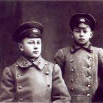 Polocko berniukų gimnazijos moksleiviai broliai Mečislovas (kairėje) ir Aleksandras Žeimantai. 1915 m.