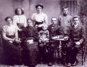 Bajorų Uršulės ir Adolfo Šimkauskų šeimos dalis. Pirmoji kairėje stovi Malvina, būsimoji Žeimantienė. 1913 metai
