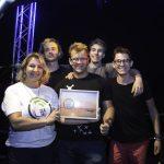 """Grupei nugalėtojai prizą įteikė konkurso """"Muzika garsiau"""" iniciatorė Liuda Baslykienė"""