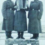 Juozas kariuomenėje (stovi viduryje, su akordeonu)
