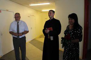 Prie atnaujintos tikybos klasės direktorius E. Kontrimas, kunigas T. Piktelis ir tikybos mokytoja R. Ramanauskienė