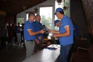 """Laimėtojus sveikinęs """"Poseidono"""" klubo pirmininkas Vaidas Bernotas ir pats stojo į laimėtojų pusę, kartu su Pranu Sasnausku užėmęs 3 vietą katamaranų grupėje. Apdovanojimus teikia Šarūnas Linkus ir Aleksas Garbanovas"""