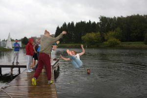 Net lietingą dieną nebuvo pamiršta tradicija - laimėtojus įmesti į vandenį