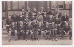 Aleksas Kaišiadorių gimnazijoje, sėdi pirmas trečioje eilėje iš kairės (truputį prisimerkęs)