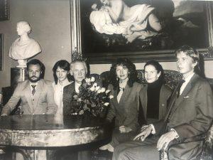 Disertaciją apsigynus. Iš kairės: žentas Saulius, dukra Jolanta, A. Petrauskas, dukros Viktorija ir Marija, sūnus Edvardas