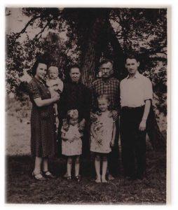 Su tėvais ir žmona Genovefa, dukromis Marija ir Viktorija, ant žmonos rankų – sūnus Edvardas