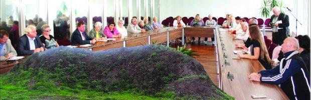 Vievio kultūros centro vietoje stūkso tik piliakalnis, kuris liko tarsi takoskyra tarp gyventojų ir valdžios