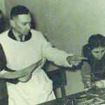 V. Razukas, J. Petrauskaitė su profesoriumi Golberštadtu biologijos būrelyje