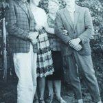 š kairės: J. Kundrotas, žmona Regina, su žurnalistu, rašytoju, poetu Kęstučiu Trečiakausku Ignalinoje. 1962 metai