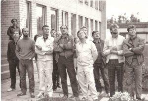 Vilniaus Dariaus ir Girėno aeroklubo nariai stebi varžybas, 1983 m. Alvydas Šumskas - trečias iš dešinės