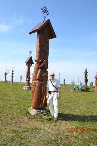 R. K. Radžiūnas prie savo pastatytos skulptūros, kurią pavadino Giminės angelu, norėdamas, kad daug vargo patyrusią šeimą ir giminę globotų Giminės angelas