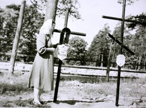 M. Radžiūnienė sūnaus Donato Jono žuvimo vietoje