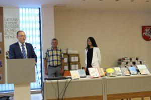 Sveikinimo žodį taria Dž. Dagys, stovi V. Vėželis ir L. Mandrijauskaitė