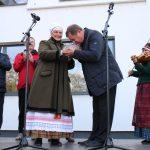 Kultūros centro vardu duoną merui įteikė Sigita Remeikienė