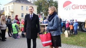 Ministras šūsnį atšvaitų įteikė Vievio pašto viršininkei Linai Kaminskienei