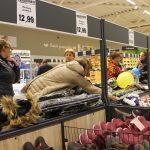 Moterys suskubo matuotis žieminių striukių