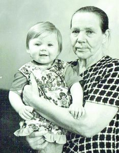 Bronislava Stambrauskienė su anūke Inesa