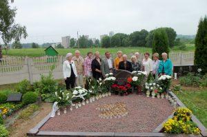 7-oji Semeliškių vidurinės mokyklos mokinių laida 2011 m., praėjus 50 metų po mokyklos baigimo, prie klasės auklėtojo P. Vaičiulio kapo Elektrėnuose (antras iš kairės - R. K. Radžiūnas)
