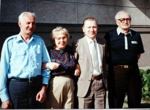 R. K. Radžiūnas su krikšto tėvu, Semeliškėse dirbusiu gydytoju Kazimieru Katiliumi ir jo žmona Zimkute Aldona, šios broliu 1992 m.